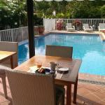 Le coin repas au bord de la piscine