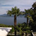 La vue depuis la terrasse sur le lac Majeur
