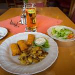 Röstitascherl mit Salat und Apfelsaftschorle 11,20 Euro