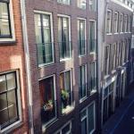 Vista desde la habitación a una de las calles céntricas