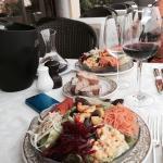 Zarter kann Kalbsfleisch nicht sein. Gemischter Salat dazu, auch sehr lecker.