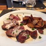 Piscine + exemple de plat servis au restaurant du domaine