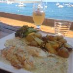 Déjeuner face à la mer , un serveur très agréable , un poisson du jour juste parfait ... Un empl