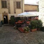 ingresso e piazzetta con tavoli