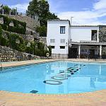 la piscina y al fondo el restaurant y zona de ocio