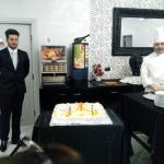 Cameriere e Coco, presentano la torta per la cena di Gala