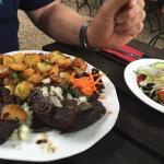 Blutwurst mit Bratkartoffeln und Salat