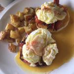 Huevos benedictos con chorizo y chilaquiles caseros