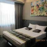 Кровать и картина