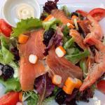 2 belles salades saumon et grecque.