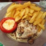 Plat: Filet de boeuf sauce aux champignons (maison) accompagné de frites extra et une tomate gar