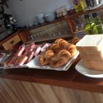Desayuno rico!! Por 3 euros nos exprimieron zumo, cafés, quesada casera, sobaos, tostadas, crois