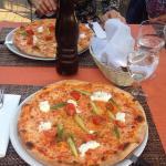 Pizza mit Spargeln und Mozzarella di Buffalo