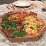 Pizza massa integral, sabores: tomate seco + rucula; pepperoni; portuguesa.