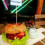 Burger buraczany z pieczonymi ziemniaczkami
