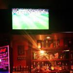в ресторане транслируют футбольные матчи