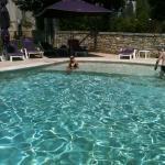 La piscine, super agréable et on peut même s'asseoir dedans