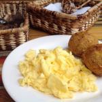 Desayuno Ecuatoriano, Bolones de verde y queso con huevos revueltos. Me encanto