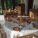 La maison fleurie et la table du petit déjeuner avec pétales de roses, s'il vous plaît, merci Fr