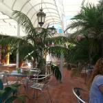 Jardin del hotel y zona de comedor.