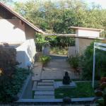 Vista del hostel desde la terraza del bungalow