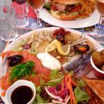 Assiette de poissons marinés : EXCELLENTE et savoureuse (copieux). En arrière plan, Burger Savo