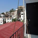 Vista da varanda do apartamento sobre a área de show no primeiro plano.