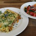 Lasagne mit Linsen und verschiedene Salate