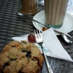 Blaubeer-Scone mit Café Latte