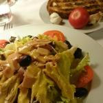 Hemos disfrutado mucho con la cena, unos champiñones a la brasa, una ensalada piti y unas guatll
