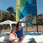 con el catamaran en la playa