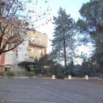 L'esterno dell'hotel con il suo parcheggio