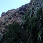 Нависающие над водопадом каменные скалы