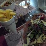 Carpaccio de boeuf et ses frites, pâtes à la provençale.