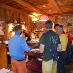 Alpinisti e scalatori nel bar del ristorante