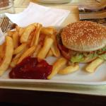 Hamburger végétarien (à éviter. Il est sec et sans goût. L'accompagnement frites et aussi infect