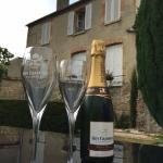 Uitzicht óp onze kamer, vanuit de tuin, met een heerlijk glas champagne!