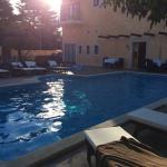 Morgensonne am hauseigenen Pool. Balkonblick von unserem Zimmer auf das Meer.