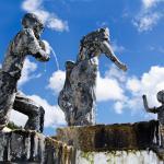 Una de las estatuas y fuente que allí hay.