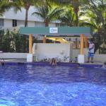 piscina y bar del hotel.