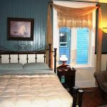 La chambre Grand-Mère, un lit et des oreillers très confortables