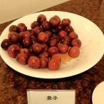 鹽漬的紅肉李與棗子,餐點標示傻傻分不清