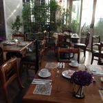 una de las areas del restaurante en la terraza