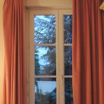 Fenêtre de la chambre équipée d'un volet roulant