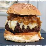 Hamburguesa gourmet. 200 gramos de carne de buey, queso de cabra y cebolla caramelizada