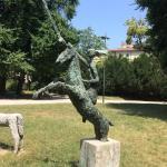 Парковая скульптура перед планератрием
