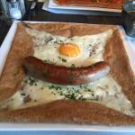 Crepe mit Bratwurst, Käse und Ei