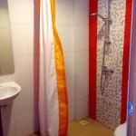 Das Badezimmer ist klein aber funktional. Das Zimmer ist mit Klimaanlage, Flachbild-TV und einem