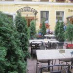 Внутренний дворик, где можно завтракать, обедать, ужинать, или просто сидеть и тупить в телефон
