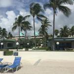 Vista del resort con el mar de espaldas.